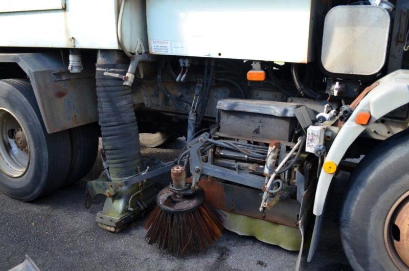 camion-balayeuse de voirie iveco - bn 510 qf