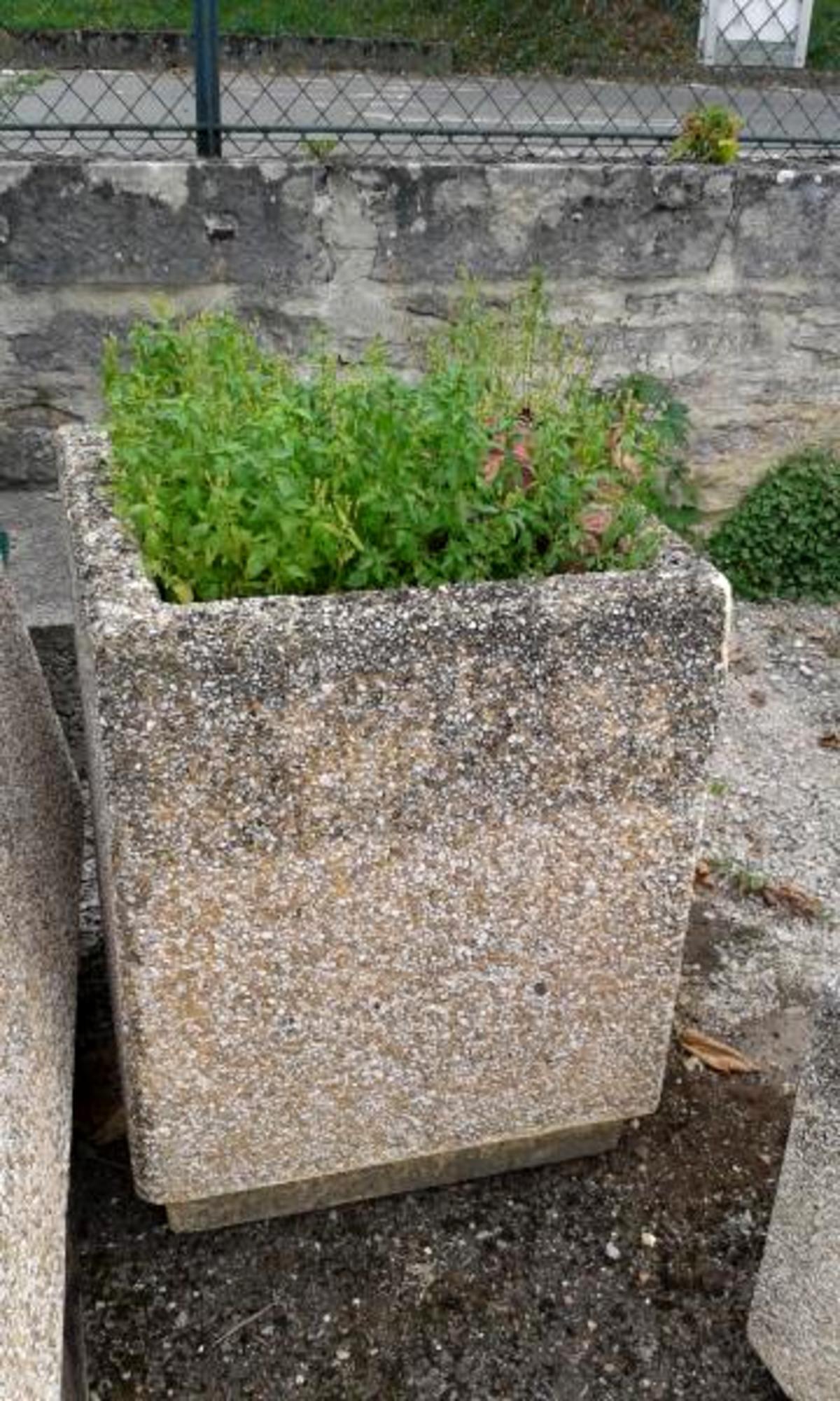 bac a fleurs en b ton d coration de jardin d 39 occasion aux ench res agorastore. Black Bedroom Furniture Sets. Home Design Ideas