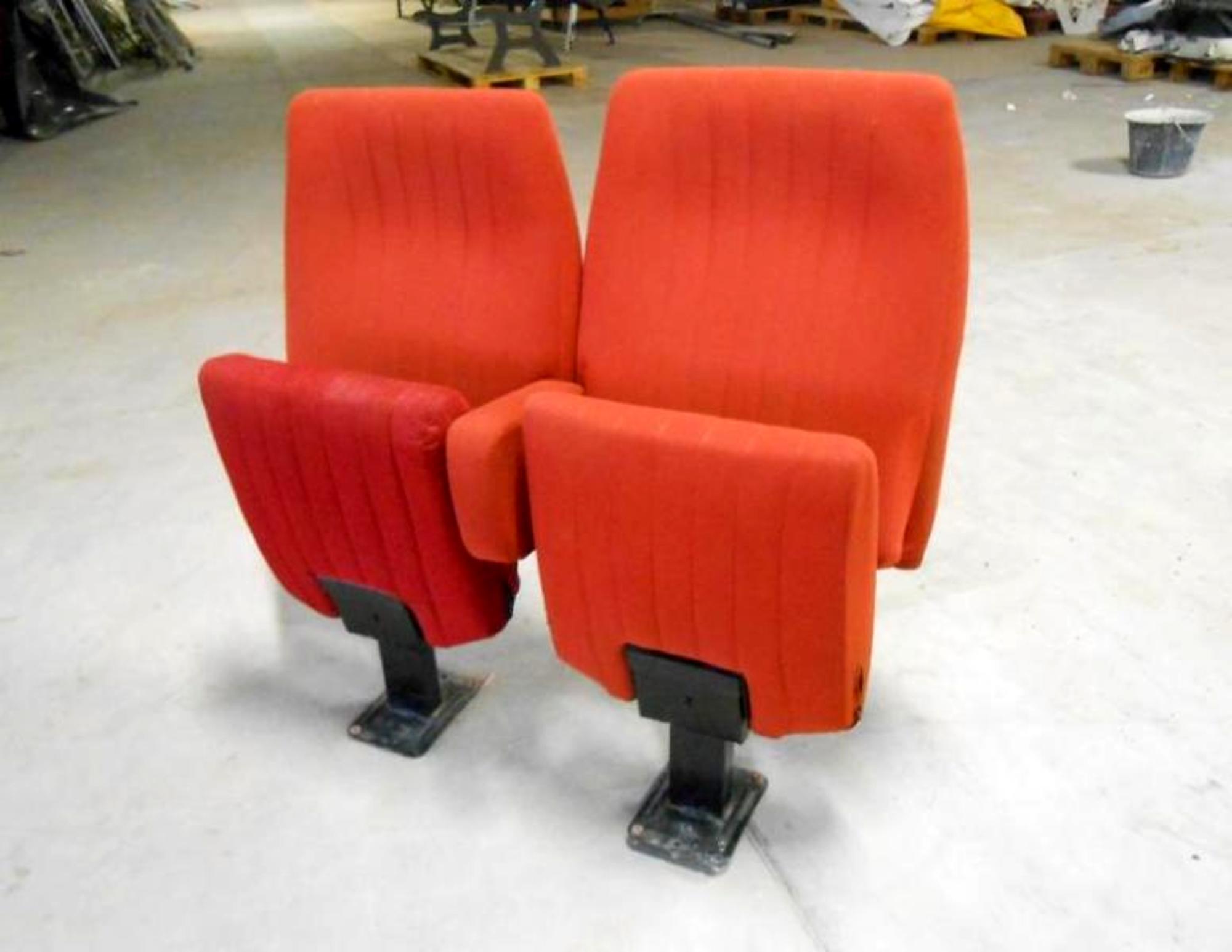 lot de 50 fauteuils salle de spectacle autres mobiliers d 39 occasion aux ench res agorastore. Black Bedroom Furniture Sets. Home Design Ideas