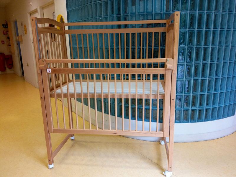 lit sureleve haut bebe en bois sur roulettes 1 barriere coulissante autres mobiliers d. Black Bedroom Furniture Sets. Home Design Ideas