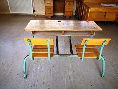 7 tables d 39 coliers mobilier scolaire d 39 occasion aux ench res agorastore. Black Bedroom Furniture Sets. Home Design Ideas